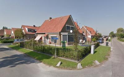 Buurtschap Duinkerken bij Oosterwolde (GL) heeft geen plaatsnaamborden, zodat je slechts aan de straatnaambordjes Duinkerkerweg kunt zien dat je er bent aangekomen. (© Google StreetView)