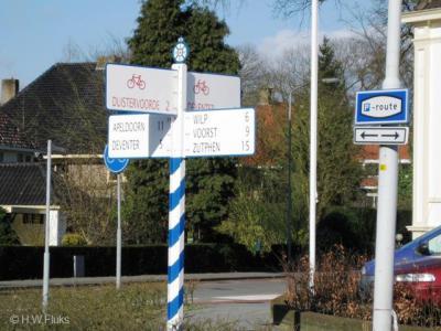 Ook bij Duistervoorde: wel richtingborden in de omgeving, maar ter plekke geen plaatsnaamborden, zodat je maar moet gokken wanneer je er daadwerkelijk bent aangekomen...