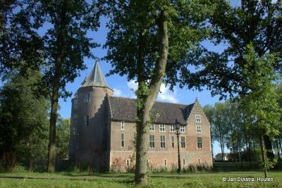Dussen, Kasteel Dussen uit de 15e eeuw; het kasteel is omgeven door een gracht; men spreekt dan van een waterburcht.