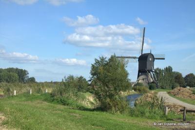 Staat hij daar niet mooi, aan de Korn Boezemweg, die Noordeveldse Molen bij de buurtschap Korn?