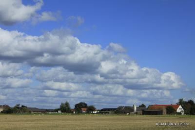 In de verte zien we de buurtschap Dwarsdijk al, mooi gelegen in het landschap van het Kromme-Rijngebied