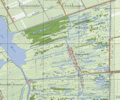 Het dorp Dwarsgracht heet zo omdat de gracht aldaar dwars loopt op (van N naar Z) de Tijssengracht, Bouwersgracht, Cornelisgracht en Jan Hozengracht/Zuidergracht. Hoewel je die natuurlijk net zo goed dwarsgrachten zou kunnen noemen van de Dwarsgracht. ;-)
