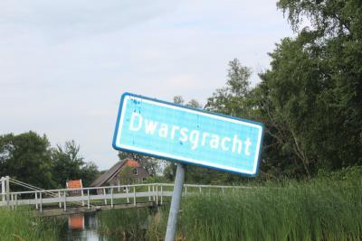 Dwarsgracht is met zijn ca. 200 inwoners het kleinste dorp van de gemeente Steenwijkerland en misschien wel het mooiste, met zijn pittoreske landschap, mooie huizen en boerderijen, en de vele bruggetjes over de grachten. (© Gerda en Leen Louwerse)