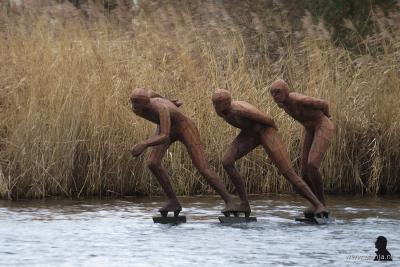 In de zomer staat het wat curieus; schaatsers in het water van Earnewâld...