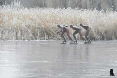 Maar in de winter, mits het hard genoeg vriest natuurlijk, zie je hoe goed uitgedacht het kunstwerk is geplaatst; nu is het vanaf een afstandje net of er in Earnewâld écht 3 schaatsers voorbij komen...