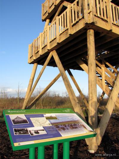 De 13 meter hoge uitkijktoren Romsicht, Z van Earnewâld, maakt zijn naam waar: vanaf deze toren heb je een prachtig uitzicht over de Jan Durkspolder en de Alde Feanen.