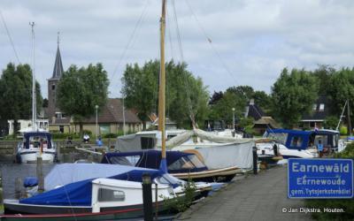 Het dorp Earnewâld is, gezien zijn ligging, een geliefde plaats voor watersporters