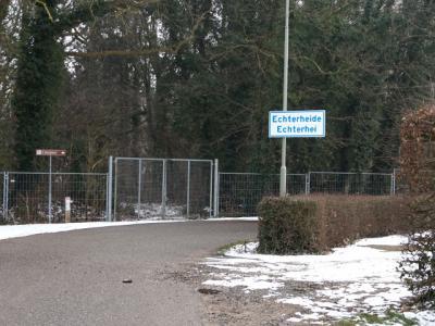Echterheide heeft alleen een plaatsnaambordje komend vanaf de kant van Posterholt. Vanuit Duitsland komend staat er geen bordje. (© H.W. Fluks)