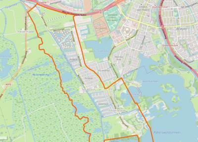 Het gebied binnen de oranje lijn is het huidige dorpsgebied van Eelderwolde. Vóór de herindeling van 1998 liep de grens in het noordoosten W langs volkstuincomplex Piccardthof. (© OpenStreetMap)