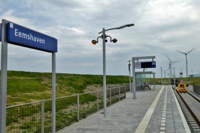 Sinds 2018 is er station Eemshaven, het noordelijkste treinstation van Nederland. Voorheen was dat Roodeschool. De spoorlijn is in 2018 doorgetrokken tussen beide locaties. Vandaar. (© Jan Oosterboer)