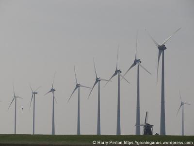 De molen bij de Eemshaven heet Goliath. Gezien zijn huidige situatie in het landschap kunnen ze beter die megawindturbines Goliaths noemen en de molen David... ;-) (© Harry Perton)