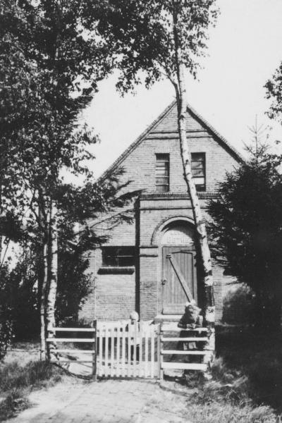 Een-West, het voormalige kerkje / kapel ('evangelisatie') Bethel, in 1993 aan de eredienst onttrokken en herbestemd tot woonhuis (© Instituut voor Christelijk Cultureel Erfgoed: http://www.kerkeninbeeld.nl/)