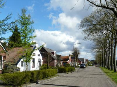 Het dorp Eexterveenschekanaal is een kilometerslange lintbebouwing langs het Grevelinkskanaal, langs de grens met de provincie Groningen direct N hiervan.