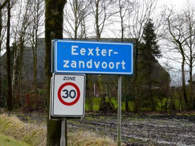 Het kleine dorp Eexterzandvoort is toch groot/dichtbebouwd genoeg om een 'bebouwde kom' te hebben en heeft daarom blauwe plaatsnaamborden (komborden), met 30 km-zone. Overigens vinden wij het lelijk staan om plaatsnamen, hoe lang ook, af te breken.
