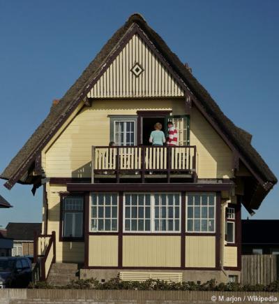 Houten villa De Geveerde Kikker is in 1922 in chaletstijl gebouwd als zomerhuis langs de boulevard van Egmond aan Zee. Helaas is het rijksmonumentale pand op 26 februari 2014 afgebrand. Restauratie was niet meer mogelijk.