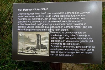 Egmond aan Zee, toelichting bij het standbeeld van het Derper Vraauwtje (© Jan Oosterboer)