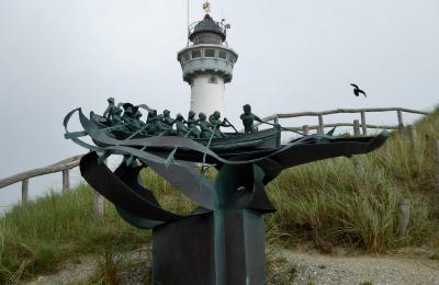 Egmond aan Zee, kunstwerk van de roeireddingsboot waar men vroeger mensen mee uit zee redde (© Jan Oosterboer)