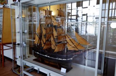 Egmond aan Zee, in het museum van de Prins Hendrik Stichting kun je o.a. ca. 80 door de bewoners zelf gebouwde scheepsmodellen bewonderen. Dit is het schip De Vier Gebroeders. (© Jan Oosterboer)