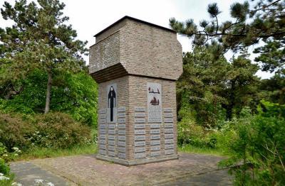 Egmond aan Zee, Vissersmonument voor de meer dan 100 in 1914-1918 door mijnen op zee omgekomen Egmonder vissers (© Jan Oosterboer)