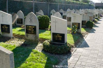 Einighausen, kerkhof, met grafstenen die opvallen door hun eenvoud en ondubbelzinnigheid: slechts twee soorten in twee verschillende uitvoeringen, om en om geplaatst.