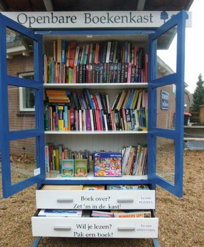 Dankzij inwoner Petra van Houdt heeft Elden nu een openbare boekenkast, waar inwoners een boek uit kunnen lenen en een boek dat zij overhebben kunnen terugzetten, zodat een ander daar weer plezier van kan hebben. (© www.openbaarbeleven.nl)