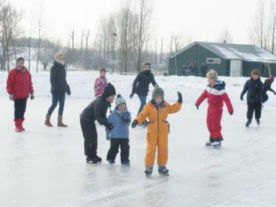 In de Betuwse buurtschap Eldik kunnen ze relatief snel het ijs op dankzij de in 2005 aangelegde 'slimme ijsbaan' met folielaag. Op de achtergrond het in 1989 door 30 mannen-met-twee-rechterhanden zelfgebouwde clubgebouw. (© IJsclub Eendracht '68)