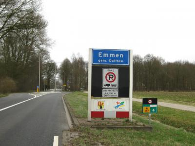 Het piepkleine centrumpje van het buurtschapje Emmen aan de N757 (Dalfsen-Wijthmen) wordt kennelijk toch bebouwd genoeg bevonden voor een 'bebouwde kom', waardoor je op dat stuk dus maar 50 km/u mag. Wellicht dat de nabijheid van de school ook meespeelt.