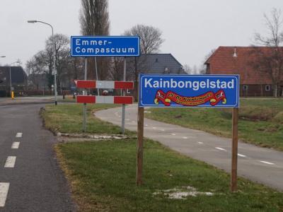 Emmer-Compascuum is een dorp in de gemeente Emmen. Tijdens carnaval heet het dorp Kainbongelstad. (© H.W. Fluks)