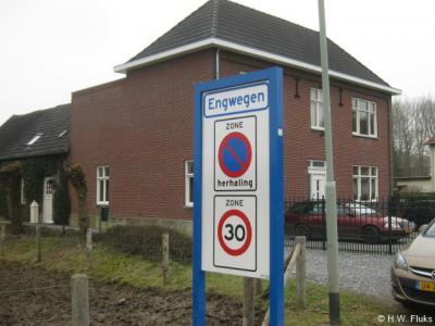 De buurtschap Engwegen ligt buiten de bebouwde kom en heeft daarom witte plaatsnaamborden, wel met 30 km-zone