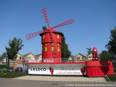 Tijdens de Enterse Dagen (1x in de 4 jaar, 4 dagen in september) leven de inwoners zich uit in creatieve en kunstige bouwsels. Hier bijv. de Mouling Rouge met echt draaiende wieken tijdens de Enterse Dagen 2008.