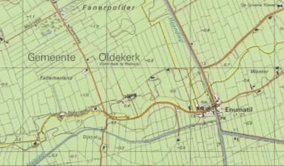 Zoals op de gele grenslijnen op deze kaart uit ca. 1980 goed te zien is, viel het NW deel van de dorpskern van Enumatil t/m 1989 onder de gem. Zuidhorn. Een handvol boerderijen NW daarvan was gem. Oldekerk. De rest was gem. Leek. (© www.kadaster.nl)