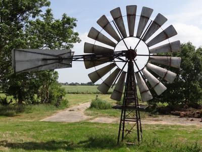 Windmotor Enumatil staat ZO van het dorp, aan de zuidzijde van het Hoendiep. De molen is niet meer in functie en dient alleen nog als sierobject. (© Harry Perton / https://groninganus.wordpress.com/2019/06/30/rondje-gaarkeuken-oosterzand)