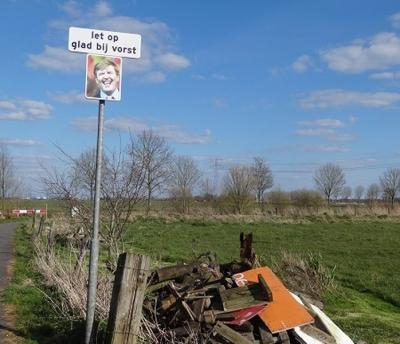 De redactie van Plaatsengids.nl houdt van goed gevonden woordspelingen. Dit is er een van (aangetroffen bij het pad langs het Wolddiep in Enumatil, april 2019). (© Harry Perton / https://groninganus.wordpress.com/2020/04/04/royale-waarschuwing)
