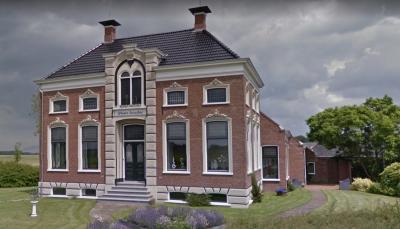 De kleine buurtschap Enzelens heeft één rijksmonument: boerderij Wester Enzelens uit 1883, die boer Jan Kraak heeft laten bouwen ter vervanging van zijn boerderij die moest wijken voor het afgraven van de wierde Enzelens. (© Google)