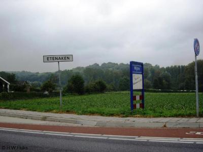 Vanuit Schin op Geul komend, zie je direct achter de komborden van Wijlre een wit plaatsnaambord Etenaken. Toch ligt dat kerntje nog altijd los van de dorpskern van Wijlre. Daarom is Etenaken nog altijd als buurtschap te beschouwen.