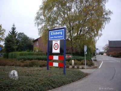 Bijzonder aan de buurtschap Etsberg is dat het een compacte driehoekige kern is. Het is daarom ook een 'bebouwde kom' met blauwe plaatsnaamborden (komborden), met 30 km-zone.