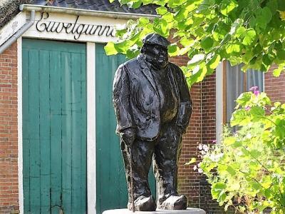 Bedrijvenvereniging ZO besloot dat Thies Dijkhuis geëerd moest worden met een standbeeld, omdat hij zich jarenlang voor de belangen van Bedrijventerrein Euvelgunne heeft ingezet. (© https://groninganus.wordpress.com/2021/09/14/rondje-euvelgunne-lageland)