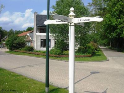 Bij sommige buurtschappen staat wel een richtingwijzer in de omgeving, zodat je kunt zien welke kant je op moet, maar plaatsnaambordjes, zodat je ook kunt zien wanneer je er bent aangekomen, worden nog wel eens vergeten. Ook bij buurtschap Exel-Tol.