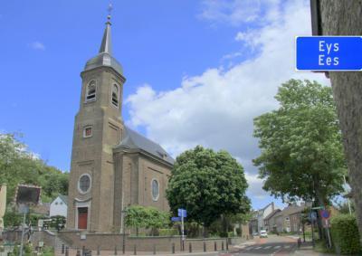 De fraaie, 18e-eeuwse Sint Agathakerk in Eys, met o.a. gebrandschilderde ramen (© Jan Dijkstra, Houten)