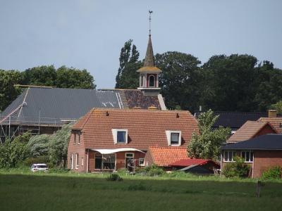 De Gereformeerde kerk Eben Haezer in Ezinge is in 2009 i.v.m. het samengaan tot PKN verkocht en herbestemd tot woonhuis. In 2020 heeft de eigenaar, getuige deze foto, het dak vernieuwd. (© https://groninganus.wordpress.com/2020/06/28/rondje-ezinge-21)