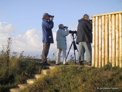 Vogelaars zijn er altijd te vinden in het vogelrijke gebied bij Ezumazijl