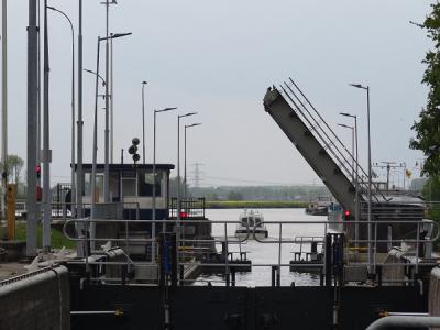 De zeesluis bij Farmsum heeft zojuist een jacht doorgelaten (© Harry Perton/https://groninganus.wordpress.com)