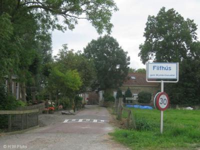 Op het plaatsnaambord stond de plaatsnaam Fiifhús wél altijd al juist gespeld. Maar het geeft toch verwarring als dan op het straatnaambordje het accent ontbreekt. Dat is nu dus hersteld en weer ondubbelzinnig, op beide borden.