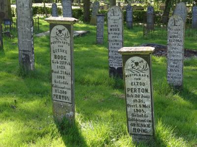 Oude grafzerken op het kerkhof van Finsterwolde. (© Harry Perton / https://groninganus.wordpress.com)