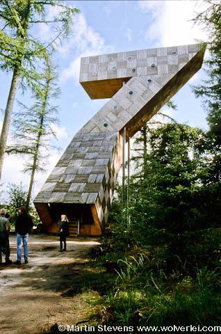 Ravenswoud, Fochteloërveen, deze 18 m hoge uitkijktoren is in 2000 geplaatst. Het stalen skelet is afgewerkt met douglashout en heeft de vorm van een 7. Van dichtbij laat de ware constructie zich zien. De steile klim wordt beloond met een groots uitzicht.