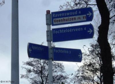 Natuurgebied Fochteloërveen staat op een richtingbord met witte letters op een blauwe ondergrond, wat het 'format' is van een plaatsnaam. Objecten anders dan plaatsnamen horen in 'zwart op wit' te worden aangegeven.