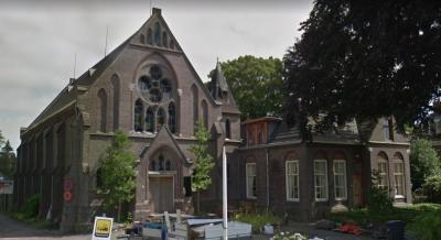 In 1990 is de RK kerk in Foxham aan de eredienst onttrokken, wegens fusie met de RK parochie in Sappemeer. In 2020 worden in de voormalige kerk en in de naastgelegen pastorie appartementen gerealiseerd. (© Google StreetView)