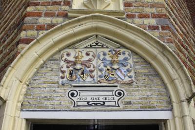 Franeker, wapen boven de ingang van de Martenastins (© Jan Dijkstra, Houten)