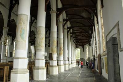 Interieur Martinikerk in Franeker, met schilderingen op de pilaren (© Jan Dijkstra, Houten)