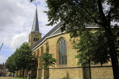 De Hervormde Martinikerk (Breedeplaats 2) is een in 1420 gebouwde laatgotische pseudobasiliek, opgetrokken in oude kloostermoppen. Het is een van de weinige kerken in het noorden van het land met een ronde kooromgang. (© Jan Dijkstra, Houten)